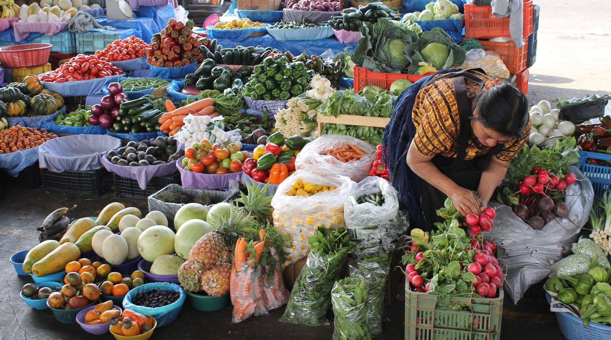Uma vendedora de hortaliças na Guatemala. (FOTO: Isabelle Schaefer/Banco Mundial)